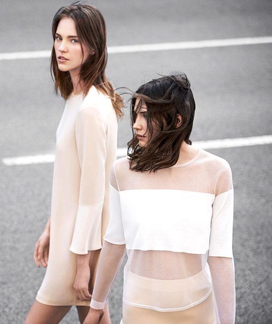 Tinte pastello, trasparenze e ciabatte, la collezione Zara